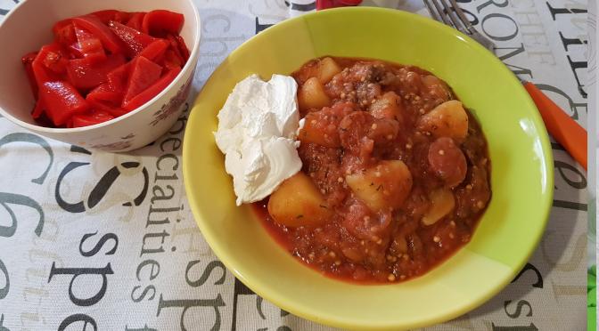 Mâncare de cartofi cu vinete și cabanos